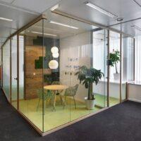 Glazen wandsysteem - Houten profilering